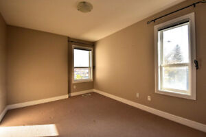 Fantastic University Location! 2 BED 2.5 BATH 2 DEN!!