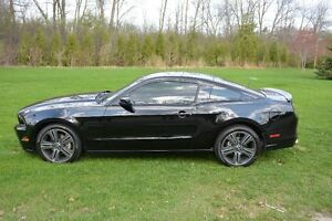 LIKE NEW 2013 Ford Mustang Coupe (2 door) 16k.km