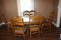 Gorgeous Solid Oak Dining Table with 2 Leaves and 6 Chairs