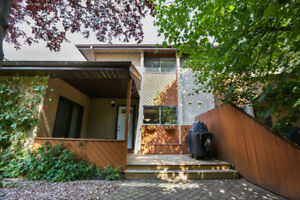 2 Storey Townhouse/Condo in Lawson Heights- Mins from the river!