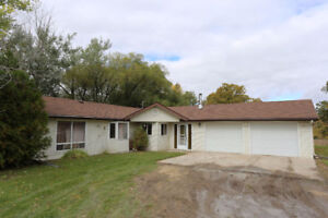 Oakbank Country Home - 28071 Boundary/Road 72N - FOR SALE!!