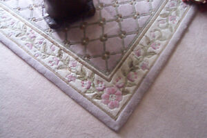 """5"""" by 8"""" rug, in excellent condition,"""