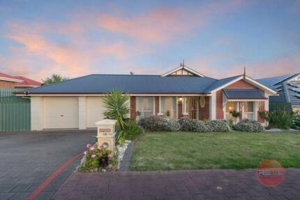 """LOTS OF SPACE with... """"3 LIVING AREAS"""" in HALLETT COVE"""