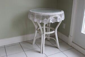 Table blanche en rotin