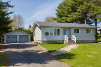 Beautiful 4 bed 2 bath bungalow on huge private lot near Embrun!