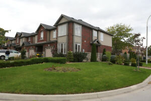 Beautiful 3 Bed End-Unit Town in Grimsby
