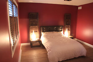Tête de lit + portes décoratives + tables de chevet