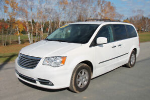 2012 Chrysler Town & Country loaded Minivan, Van