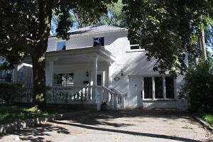 6 Bedroom house close to Subway Station and all amenities
