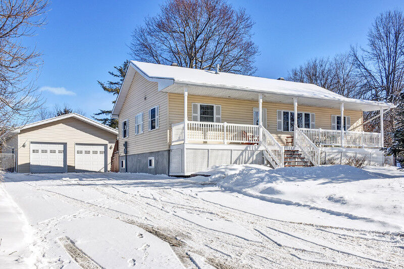 Gorgeous bungalow with detached garage in metcalfe great for Detached garages for sale