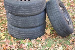 4 pneus hiver 215 65 R16 sur jantes avec les sensors de pression