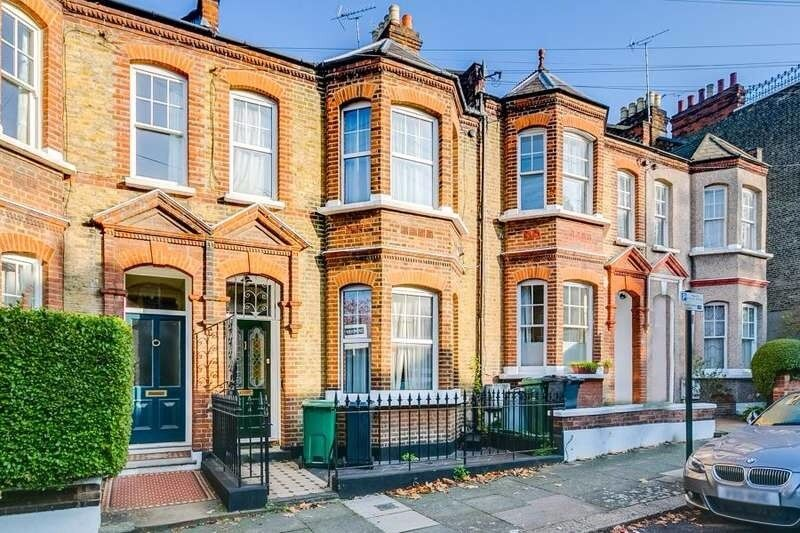 CLAPHAM OLD TOWN AVAIL NOW FOUR BED WITH TWIN RECEPTION ROOM SEPARATE KITCHEN & PRIVATE GARDEN £775