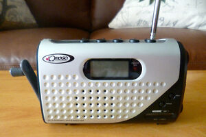 Crank radio/flashlight