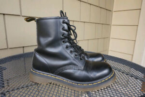 Dr. MARTENS 1460 8 EYE Leather Boots ( Womens Sz 8 ) / ( Mens 7)