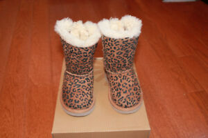 UGGS MINI BAILEY BOW Size 6. Never been used outside.