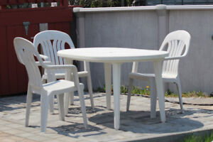 Table et trois chaises extérieures