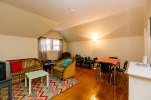 RENOVATED  DOWNTOWN 2-BEDROOM APARTMENT - 5 minutes to Queen's