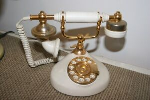Vieux telephone a roulette Old white dial telephone