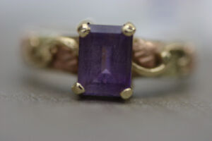 **EXQUISITE** 10k Yellow Gold Purple Stone Ring (#1977)