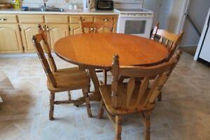 En bois franc (chêne) buffet + table + 4chaises