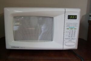 EMERSON .7 CUBIC FT MICROWAVE