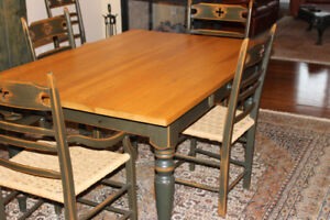 Style Antique . Table de salle à manger + 6 chaises.