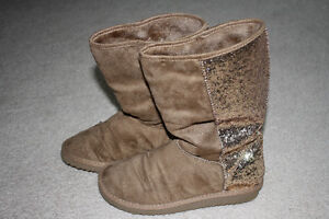 Girls / youth tan faux suede boots with sparkles - size 4