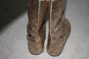 Girls / youth tan faux suede boots with sparkles - size 4 Kitchener / Waterloo Kitchener Area image 2