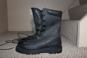 """Canadian Military Footwear - """"New"""" condition (4 pairs)"""