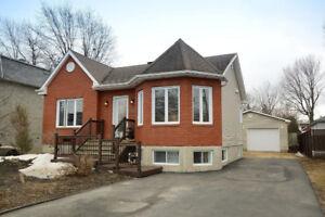 Splendide maison avec garage!  Rénové et bien entretenu !