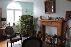 TRENDY QUEEN WEST- AUG 1st - 3 mos or more - FURN - NO LEASE