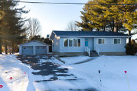 Beautiful 4 bed/2 bath bungalow on private lot near Embrun!