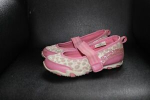 5 PAIRS OF GIRL'S SHOES SIZE 8 & 9 ALL FOR $40 Kitchener / Waterloo Kitchener Area image 8