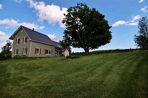 Estrie: Maison de campagne entièrement rénovée à vendre