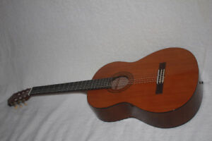 YAMAHA C40 classical guitar in excellent condition - LIKE NEW