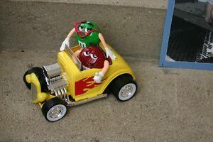 M & M CHARACTERS IN A HOT ROD CAR & STAR WARS/COLLECTIBLES/TOYS