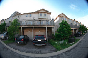 IMMACULATE Townhouse for FAMILY & BUSINESS in Laurelwood