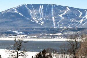 Condo ski in-out, près des services et meublé