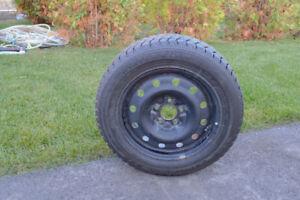 Lot de 4 pneus d'hiver montés sur des jantes noir.