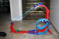 Hot Wheels magnetic loop with 2 cars