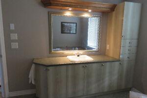 Vanité de salle de bain et miroir