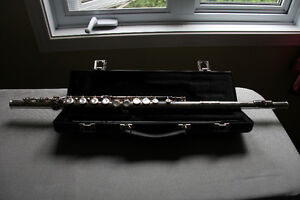 Gemeinhardt 2SP flute - silver plated with books and stand