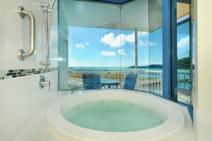 Quick sale 2 nights $200, ocean view spa suite, port of Airlie Mount Clear Ballarat City Preview