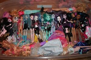 14 Monster High dolls and accessories