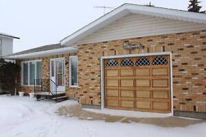 Yellow Grass - Immaculate Bungalow!