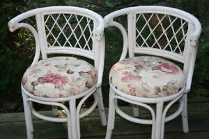 2 petites chaises en rotin