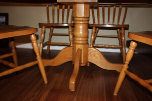 Solid Oak Table w/ 4 Chairs & 2 Leafs FOR SALE Kitchener / Waterloo Kitchener Area image 8
