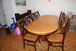 8 places à manger table et chaise/ 8 seat dinning table & chairs