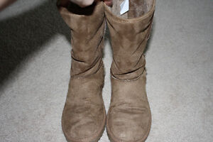 Girls / youth tan faux suede boots with sparkles - size 4 Kitchener / Waterloo Kitchener Area image 3