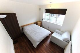 Stunning room (great flatmates) 15 minute walk to Waterloo!